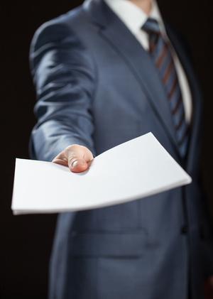 Человек дает бумаги