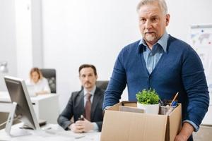 Как по закону уволить работающего пенсионера без его желания