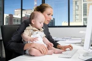Мать с ребенком на работе