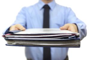 Работник должен получить на руки пакет документов.