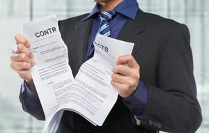 Человек рвет контракт
